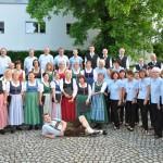 """Gruppenfoto der Chorgemeinschaft Freistadt vor dem Konzert """"Veronika der Flieder Blüht"""" 2012 im Salzhof Freistadt"""
