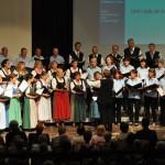 """Gruppenfoto der Chorgemeinschaft Freistadt beim Konzert """"Veronika der Flieder blüht"""" 2012 im Salzhof Freistadt"""