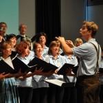 """Gruppenfoto der Chorgemeinschaft Freistadt mit Johannes Kafka beim Konzert """"Veronika der Flieder blüht"""" 2012 im Salzhof Freistadt"""